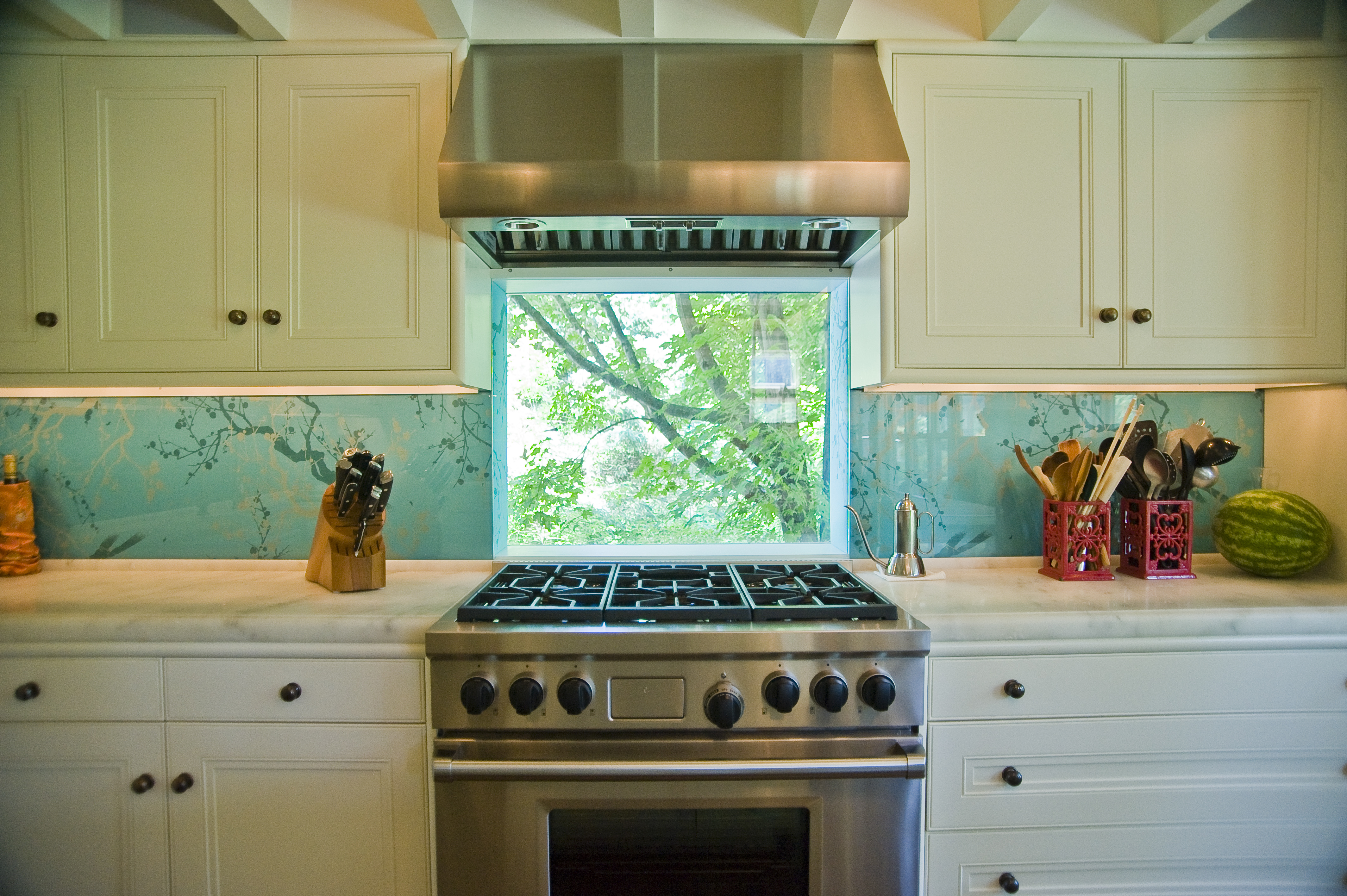 Fabric and glass backsplash
